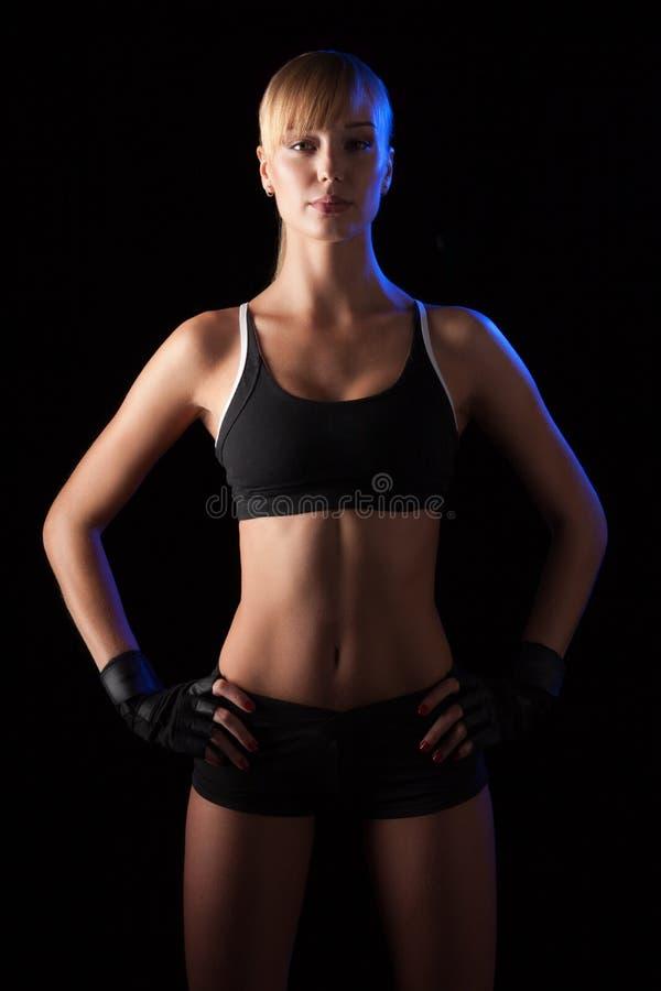 Femme sportive au-dessus de fond foncé photos stock