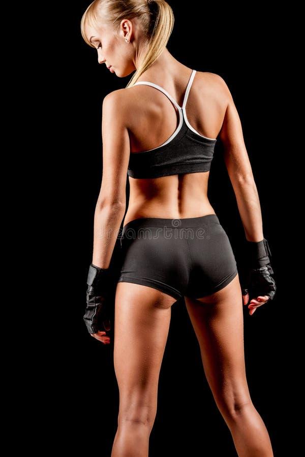 Femme sportive au-dessus de fond foncé photo libre de droits