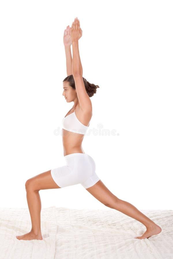 Femme sportive d'â de pose de yoga exécutant l'exercice photos libres de droits