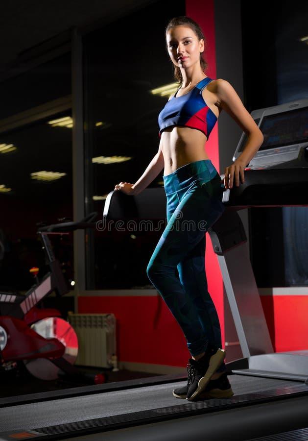 Femme sportive dans le centre de fitness photo stock