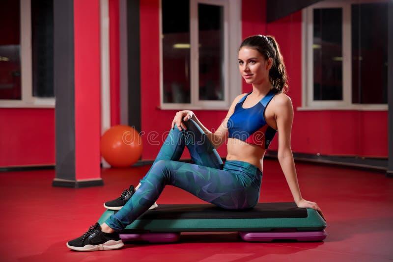 Femme sportive dans le centre de fitness image libre de droits