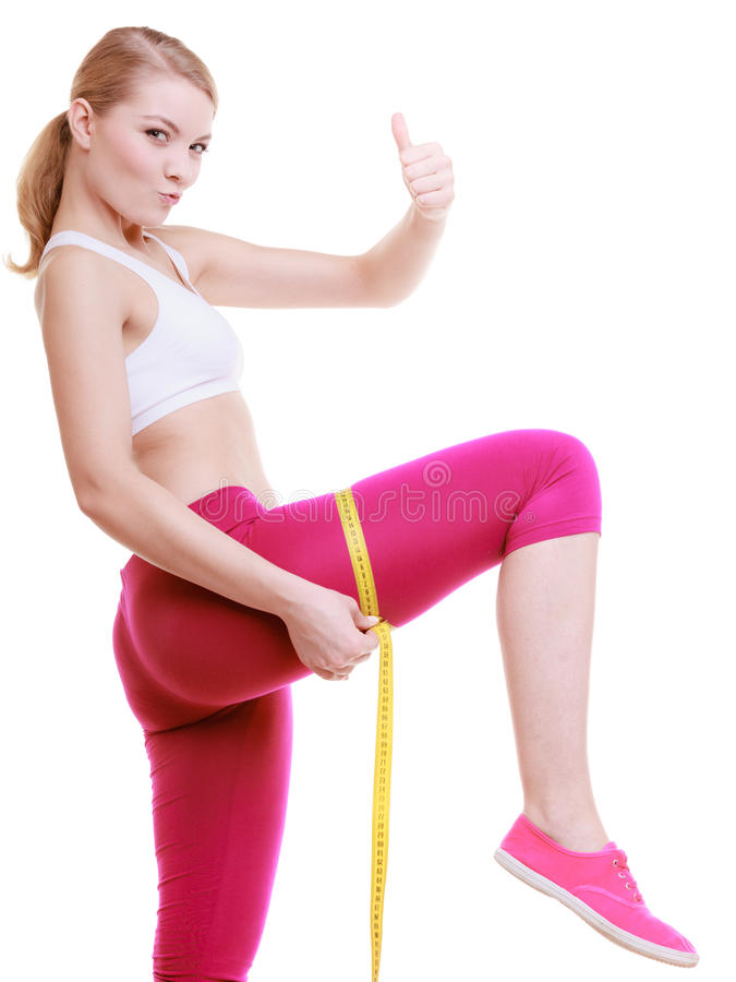 Femme sportive de fille de forme physique mesurant sa cuisse d'isolement photographie stock