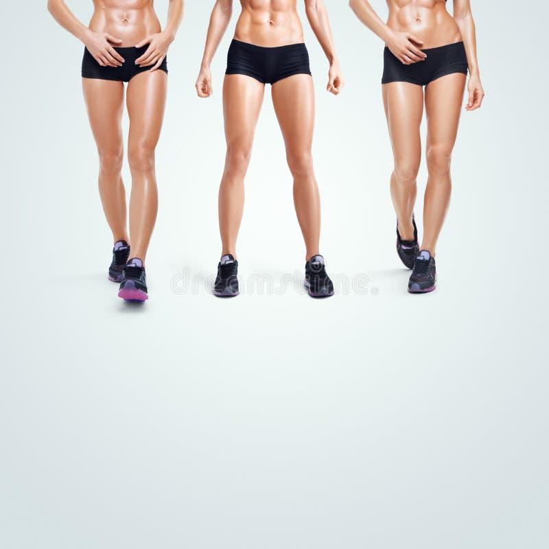 Femme sportive de forme physique marchant sur le fond blanc photo stock