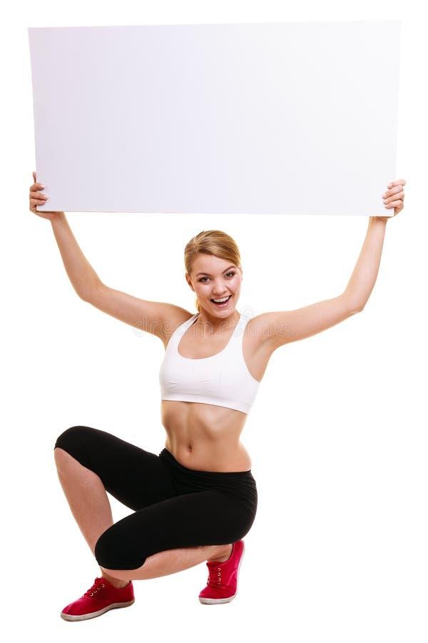 Femme sportive de forme physique tenant la bannière vide vide d'annonce photo stock