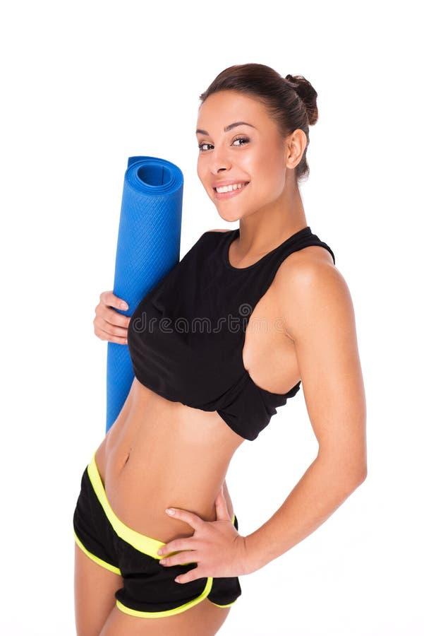 Femme sportive de métis tenant la couverture de sport photographie stock