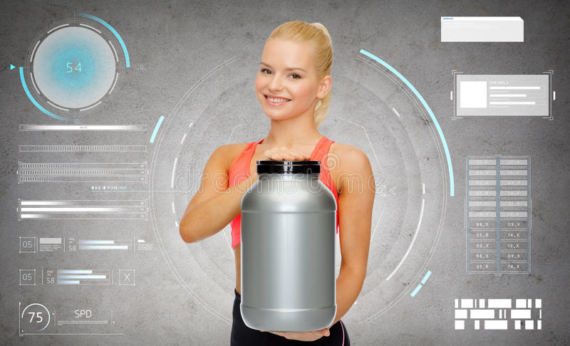 Femme sportive de sourire avec le pot de protéine image libre de droits