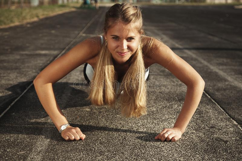 Femme sportive faisant des pousées Modèle de forme physique avec un beau, a photographie stock