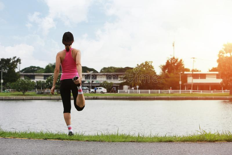 Femme sportive faisant le matin s'étendant et chauffant avant session de séance d'entraînement de ville images stock