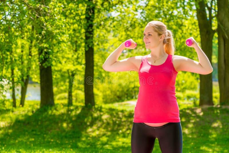 Femme sportive forte attendant un bébé photo stock