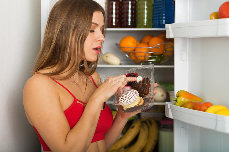 Femme sportive par le réfrigérateur photo libre de droits