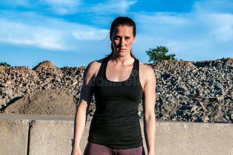 Femme sportive semblant féroce dans la carrière photographie stock libre de droits