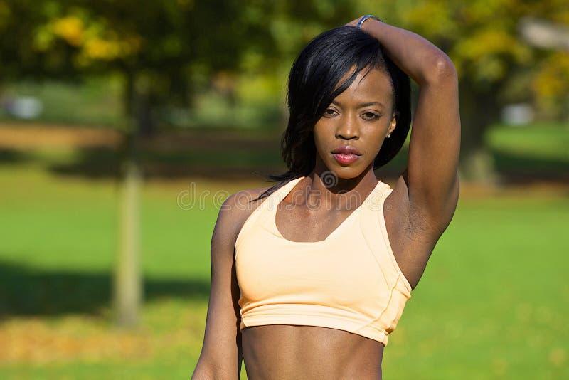 Femme sportive sexy posant en parc image stock