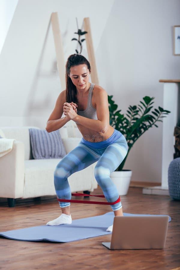 Femme sportive sportive s'exerçant avec la bande en caoutchouc photo stock