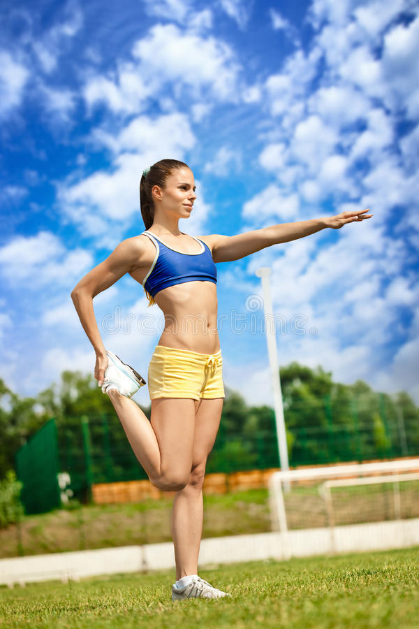 Femme sportive starching photographie stock