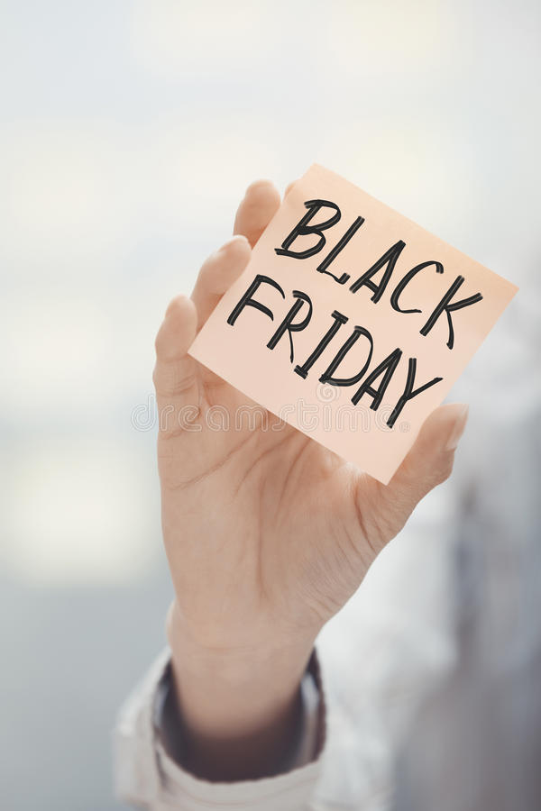 Femme stockant le texte adhésif de Black Friday de note images libres de droits