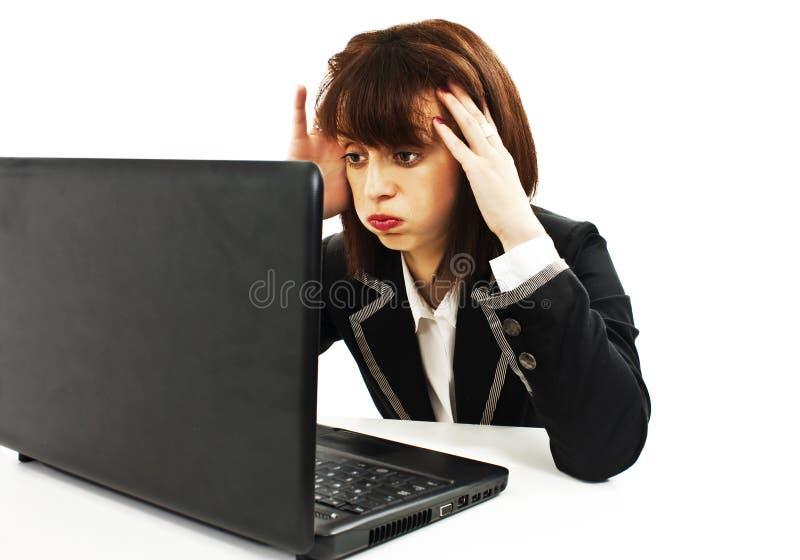 Femme stressant d'affaires travaillant sur l'ordinateur portatif images stock