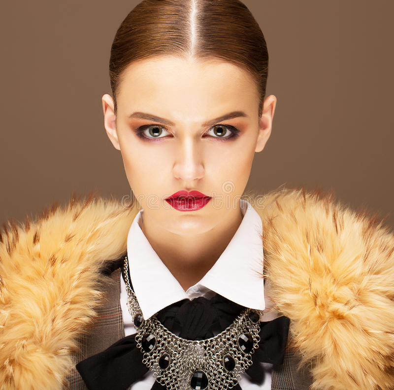 Élégance. Femme hautaine sophistiquée dans le collier de fourrure. Mode de vie photo stock
