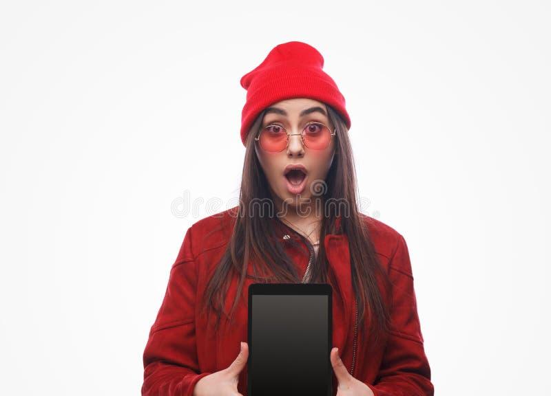 Femme stunned montrant le nouveau comprimé photo stock