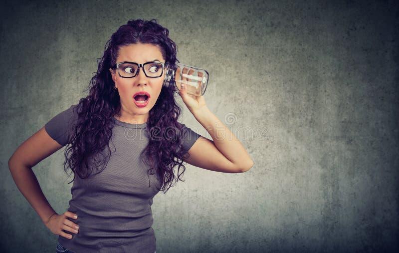 Femme stupéfaite écoutant des rumeurs photographie stock libre de droits
