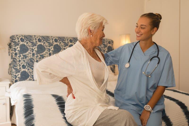 Femme supérieure agissant l'un sur l'autre avec le docteur féminin photo stock