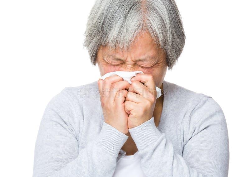 Femme supérieure avec l'allergie de nez photo stock