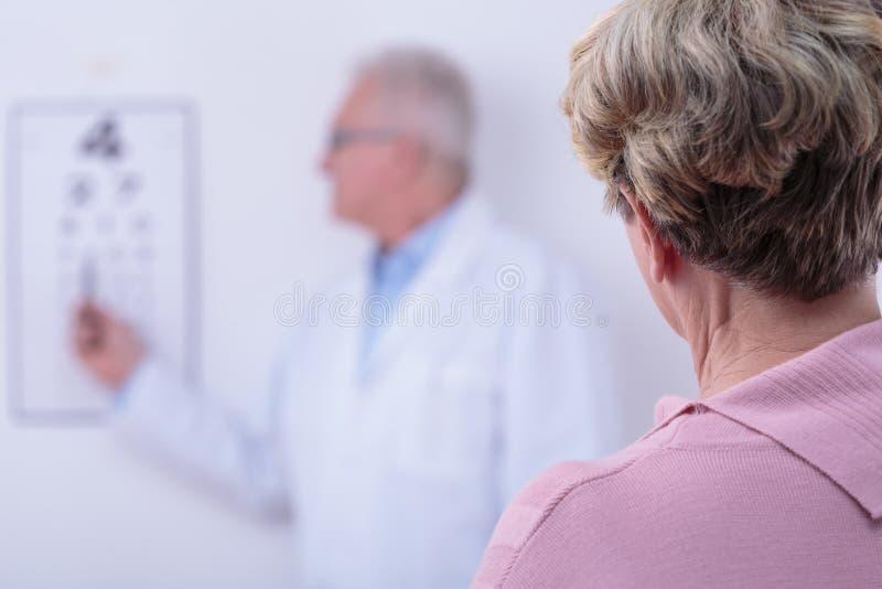 Femme supérieure avec la cataracte photo stock