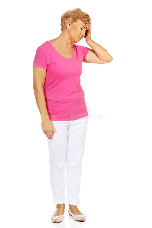 Femme supérieure avec le mal de tête énorme photo libre de droits