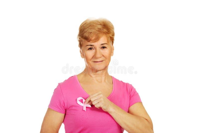 Femme supérieure avec le ruban de conscience de cancer du sein photographie stock