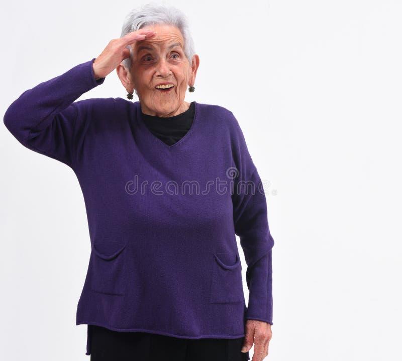 Femme supérieure avec un visage de surprise sur le fond blanc photos stock