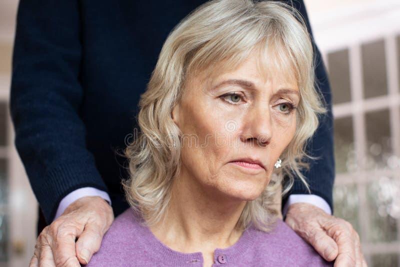 Femme supérieure confuse souffrant avec la dépression et la démence soulagé par le mari images libres de droits