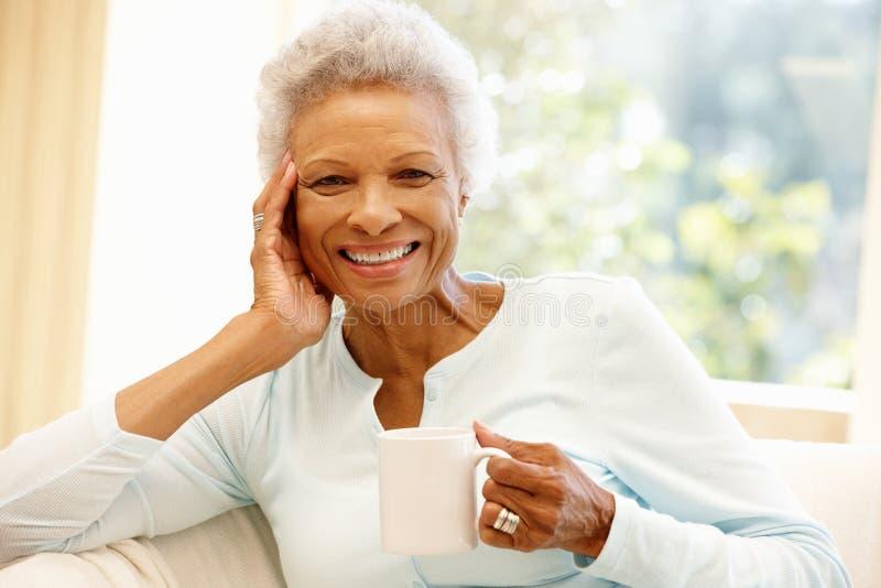 Femme supérieure d'Afro-américain à la maison images stock