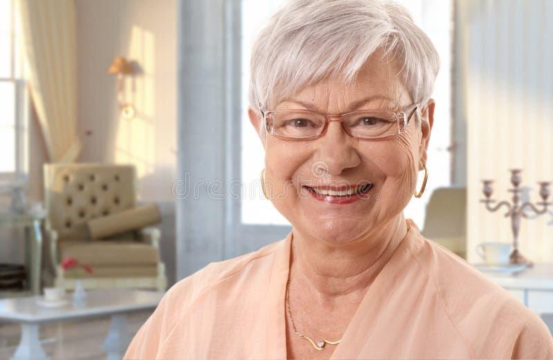 Femme supérieure d'une chevelure blanche à la maison photographie stock libre de droits