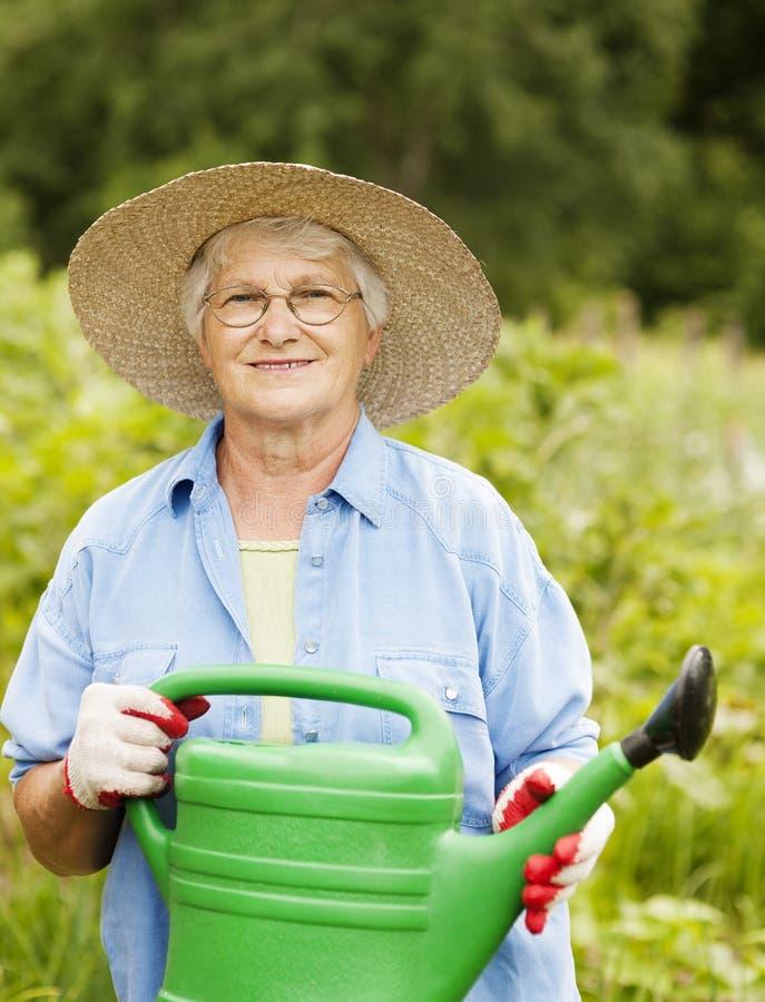 Femme supérieure dans le jardin image stock