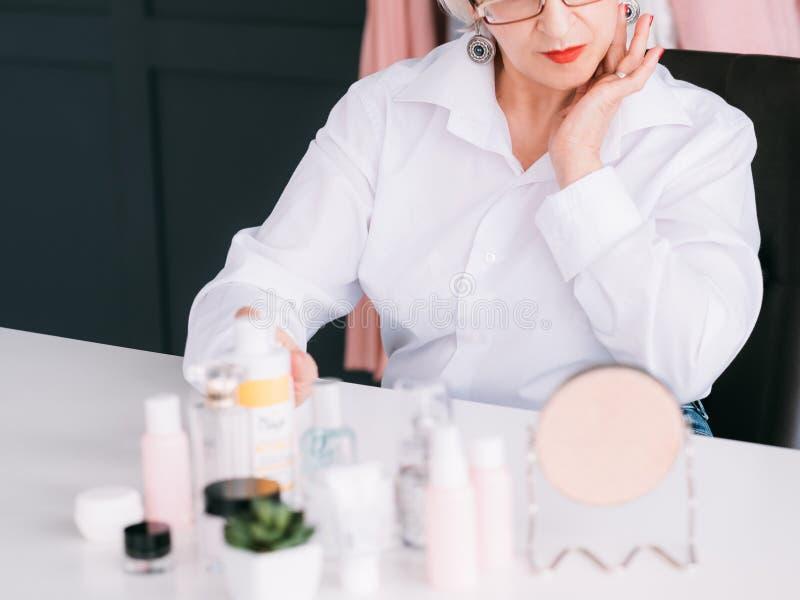 Femme supérieure de détaillant de produits de soin pour la peau de blogger image stock