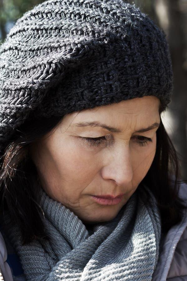Femme supérieure de portrait dans l'écharpe et le chapeau de laine photographie stock libre de droits