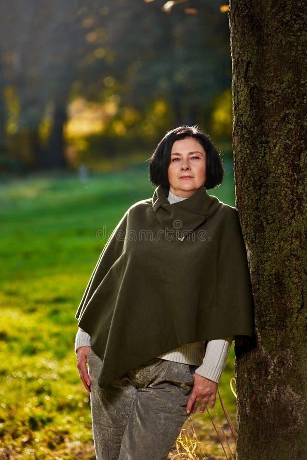 Femme supérieure de portrait dans la forêt image stock