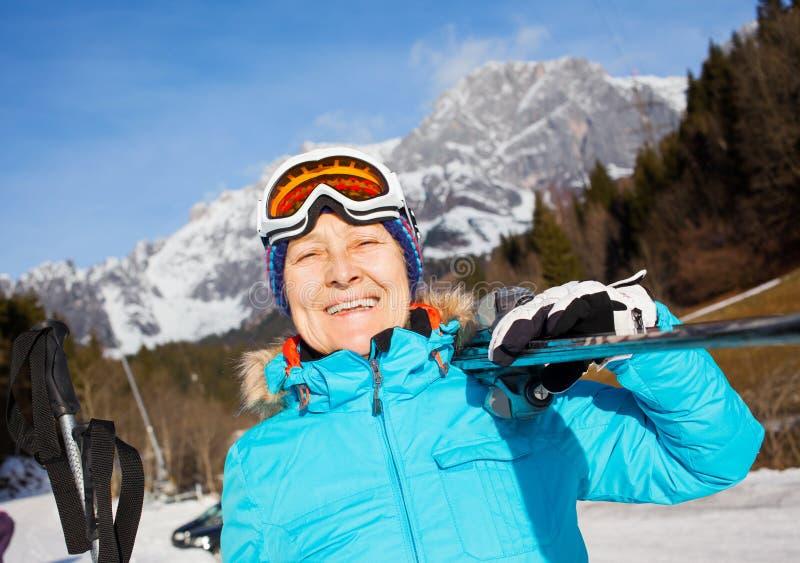 Femme supérieure de skieur photographie stock libre de droits