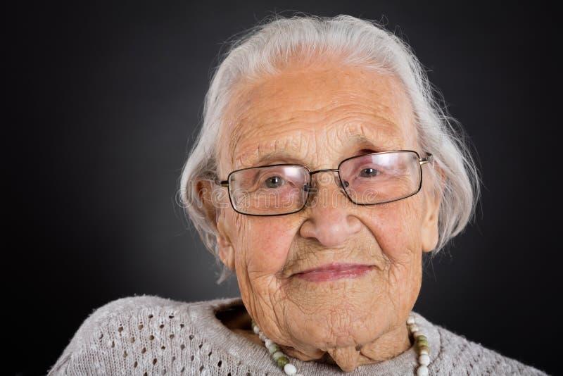Femme supérieure de sourire avec des lunettes images libres de droits