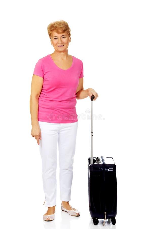 Femme supérieure de sourire avec la valise photo stock