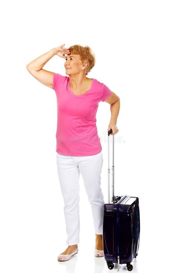 Femme supérieure de sourire avec la valise images libres de droits