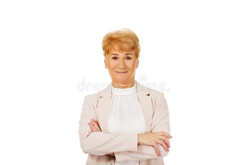 Femme supérieure de sourire avec les mains pliées photos stock