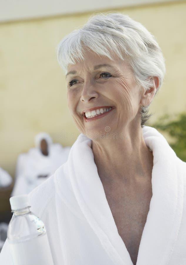 Femme supérieure de sourire dans Dayspa images libres de droits