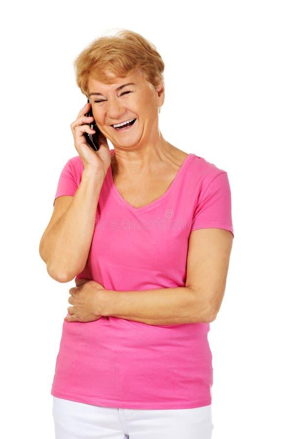 Femme supérieure de sourire parlant par le téléphone photos libres de droits