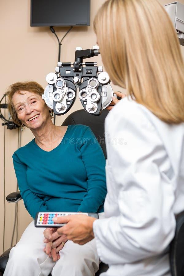Femme supérieure de sourire subissant le contrôle d'oeil image libre de droits