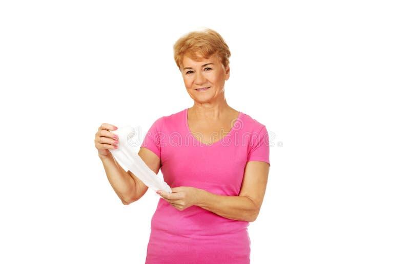 Femme supérieure de sourire tenant le bandage photographie stock