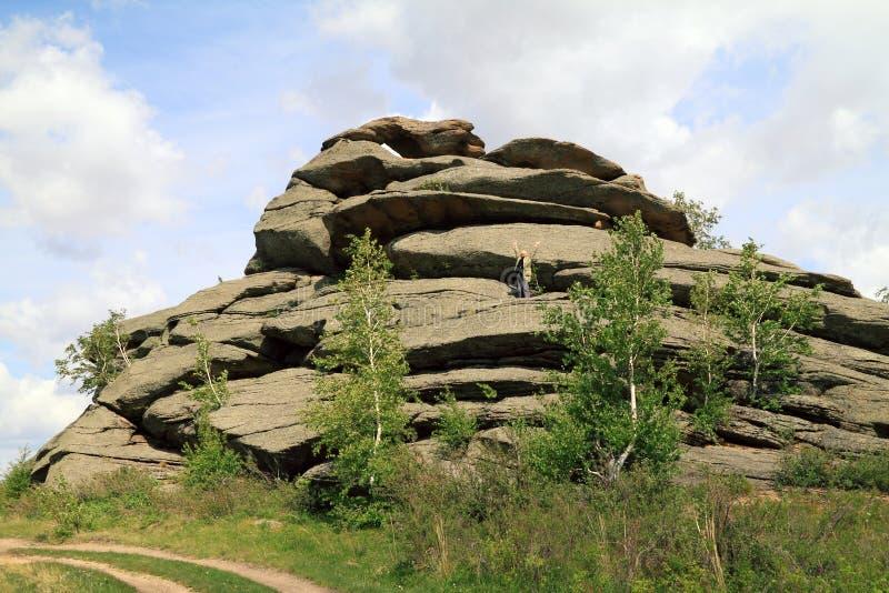 Femme supérieure dessus sur le repos en montagnes photo libre de droits