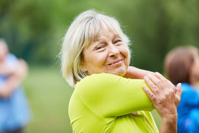 Femme sup?rieure faisant un exercice s'?tendant photos libres de droits
