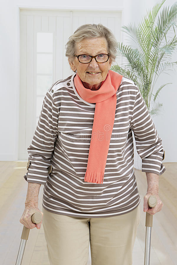 Femme supérieure handicapée images libres de droits
