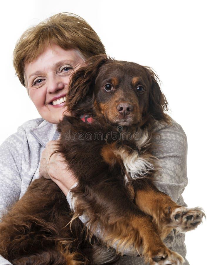 Femme supérieure heureuse avec son crabot photographie stock