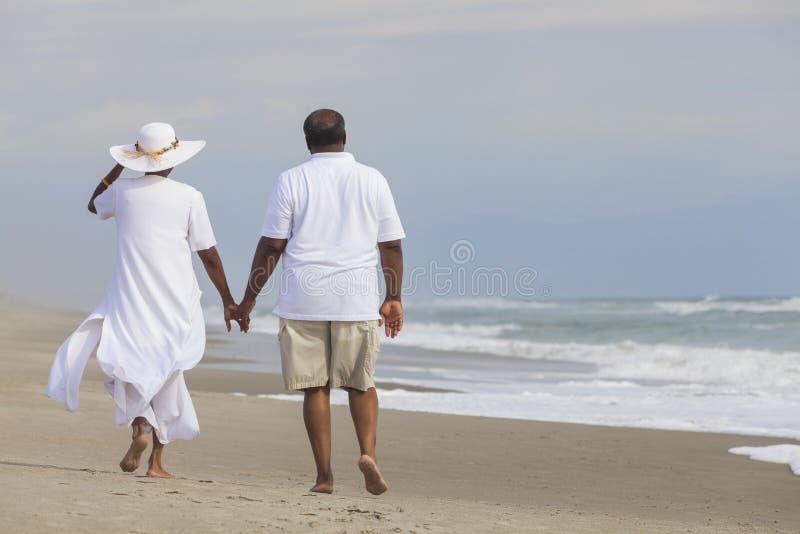 Femme supérieure heureuse d'homme de couples d'Afro-américain sur la plage photos stock
